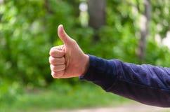 Polegar acima do sinal da m?o Gesto de mão dos homens da excelência, gosto, sucesso Conceito do positivo, felicitações, vitória V fotos de stock