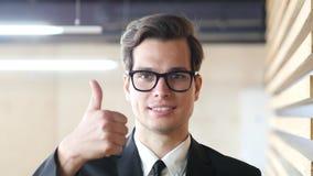 Polegar acima pelo homem de negócios, retrato Imagens de Stock Royalty Free