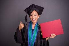Polegar graduado alegre da menina acima quando cartaz da terra arrendada, retrato no fundo cinzento fotos de stock royalty free