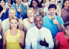 Polegares acima do conceito multi-étnico do grupo da diversidade dos povos Imagens de Stock Royalty Free