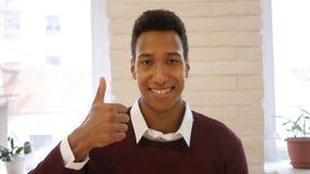 Polegares acima, gesto do sucesso e realização pelo homem afro-americano foto de stock royalty free