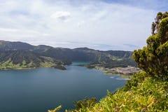 Polegares acima na frente de Lagoa Azul, Sao Miguel, Açores, Portugal Imagens de Stock Royalty Free