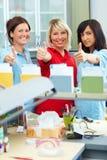 Polegares acima no laboratório dental imagens de stock