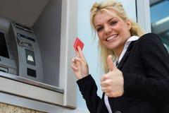 Polegares alegres da mulher de negócios acima, sorriso toothy foto de stock