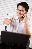 Polegares asiáticos do empreendedor acima imagem de stock royalty free