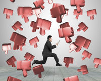 Polegares 3D de queda para baixo com o homem running que guarda a tabuleta Foto de Stock Royalty Free