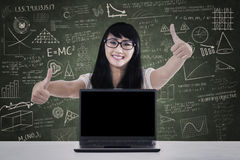Polegares da estudante universitário acima na classe Imagens de Stock