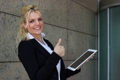 Polegares da mulher de negócios do sucesso acima com PC imagem de stock royalty free