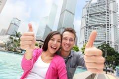 Polegares felizes acima dos pares multiculturais em Hong Kong Imagem de Stock Royalty Free