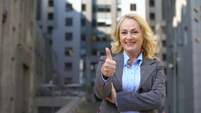 Polegares mostrando fêmeas do negócio idoso alegre acima, desenvolvimento de carreira incorporado video estoque