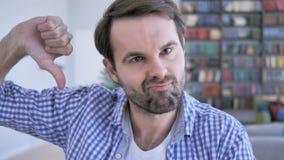 Polegares para baixo pelo homem ocasional da barba no trabalho, ambas as mãos filme