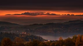 Polen, Autumn Morning Epische Zonsopgang over Tatry-Bergen: Mening stock afbeeldingen