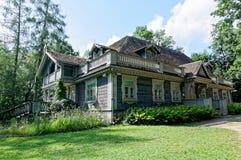Polen, Bialowieza-Paleispark Oude houten, historische jagersmanor De oudste bouw in Bialowieza royalty-vrije stock afbeeldingen