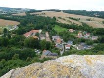 Polen Bolkà ³ w - de Sudety bergen synligt från slott royaltyfri foto