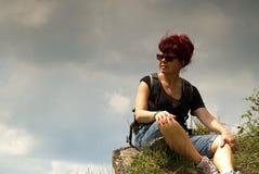 polen De Bergen van Bieszczady De zitting van de vrouwentoerist bovenop een ro stock foto