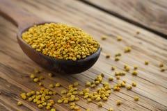 Polen de la abeja en cuchara sobre fondo de madera Ingrediente alimentario vegetariano de la dieta cruda orgánica sana - polen de Imagen de archivo libre de regalías