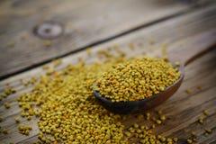 Polen de la abeja en cuchara sobre fondo de madera Ingrediente alimentario vegetariano de la dieta cruda orgánica sana - polen de Imagen de archivo