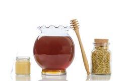 Polen de la jalea real de la abeja en pequeños tarros de cristal con la miel y en una cocina Fotos de archivo