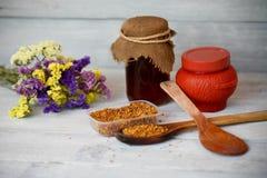 Polen de la miel y de la abeja en un fondo de madera Imagen de archivo libre de regalías