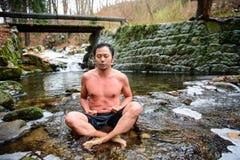 POLEN - DECEMBER 06: Wim Hof-methodestagiair die zijn ademhaling gebruiken stock foto's