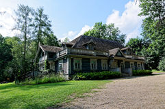 Polen den Bialowieza slotten parkerar Gammal trä historisk jägaremangårdsbyggnad Äldst byggnad i Bialowieza Arkivbild