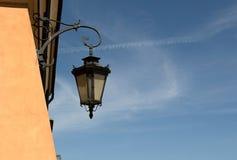 polen Eine alte Lampe in der alten Stadt Warschaus Vertikale Ansicht Lizenzfreie Stockfotografie