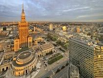 Polen, för Warszawa i stadens centrum panoramautsikt med vetenskap och kulturslott i förgrund Royaltyfria Bilder