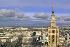 Polen, för Warszawa i stadens centrum panoramautsikt med vetenskap och kulturslott i förgrund Royaltyfri Foto
