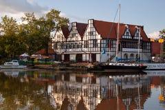 POLEN GDANSK - AUGUSTI 12, 2012: Fartyg på den hyttMotlawa floden i den historiska mitten av Gdansk Arkivfoto
