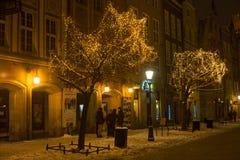 POLEN, GDANSK - DECEMBER 30, 2014: Bomen in de feestelijke decoratie op de Lange straat van Marktdlugi Targ vóór Kerstmis Stock Fotografie