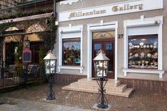 POLEN GDANSK - DECEMBER 18, 2011: Garneringar av shoppar i den historiska delen av staden Arkivbild