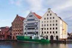 POLEN, GDANSK - DECEMBER 18, 2011: Groene boot op de Motlawa-rivier dichtbij historische gebouwen van het Centrale Maritieme Muse Royalty-vrije Stock Fotografie