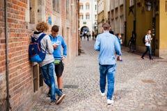 Polen Gdansk stads- liv Unga pojkar meddelar på gatan Arkivbilder