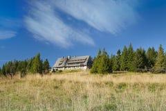 Polen Gorce berg, berg som förlägga i barack på Turbacz Arkivbilder