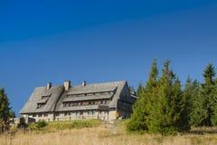 Polen Gorce berg, berg som förlägga i barack på Turbacz Arkivfoton