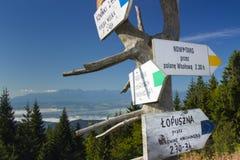 Polen Gorce berg, vägvisare på det Turbacz maximumet Royaltyfri Fotografi