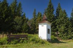 Polen Gorce berg, Waysiderelikskrin Royaltyfri Fotografi