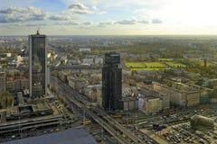 Polen i stadens centrum panoramautsikt för Warszawa med skyskrapor i förgrund Royaltyfri Bild