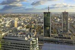 Polen i stadens centrum panoramautsikt för Warszawa med skyskrapor i förgrund Royaltyfri Foto