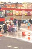 Polen juli 13 2013 - brandmän visar barn som u Royaltyfria Foton