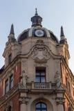 Polen Katowice - 12/06/2018: forntida byggnad med klockan i mitt av staden Polsk arkitekturgränsmärke Fotografering för Bildbyråer