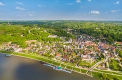 Polen - Kazimierz Dolny Landschaft mit Fluss die Weichsel und Kazimierz Dolny Vogel ` Saugenansicht Stockfotografie