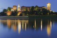 Polen, Krakau, het Koninklijke Kasteel van Wawel, Lichten van een Voorbijgaande Boot Stock Afbeelding