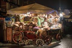 POLEN, KRAKAU - JANUARI 01, 2015: Feestelijke Nieuwjaarmarkt in nacht Krakau op het Belangrijkste Marktvierkant Royalty-vrije Stock Foto