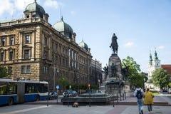 Polen Krakau 08 05 2015 lokale Leute während des Alltagslebens von berühmten Gebäuden und von Monumenten Lizenzfreie Stockfotos