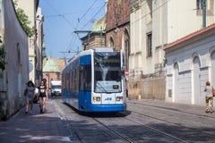 POLEN, KRAKAU - 27. MAI 2016: Tram Bombenschütze Flexity-Klassiker im historischen Teil von Krakau Stockbilder