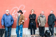 POLEN, KRAKAU, 16 07 2017 Vijf verschillende mensen die zich dichtbij rood bevinden Stock Foto
