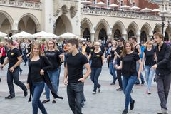 POLEN KRAKOW 02 09 2017 grupp av ungdomarsom dansar i Royaltyfri Fotografi