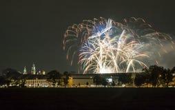 Polen Krakow horisont, Wawel slott, fyrverkerier Royaltyfri Foto