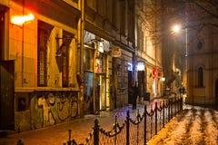POLEN KRAKOW - JANUARI 01, 2015: Podbrzezie invallninggata i Krakow på natten Arkivbilder